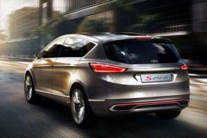 Ford S-MAX в движении - вид сзади