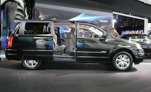 Chrysler Town&Country - открытие двери второго ряда