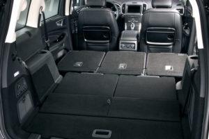 Сложенные второй и третий ряд в минивэне Ford Galaxy
