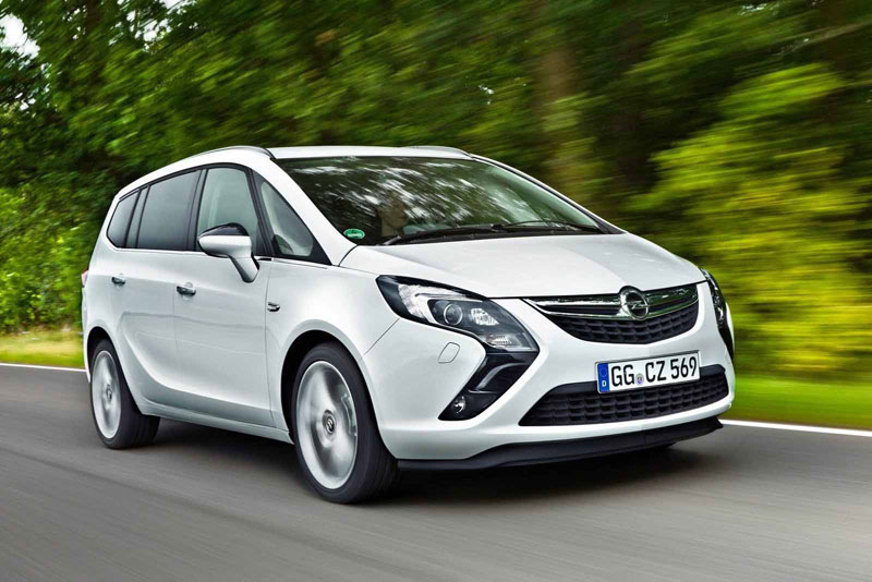 Opel Zafira на дороге