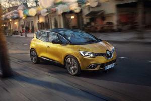 Компактвэн Renault Scenic на городской дороге