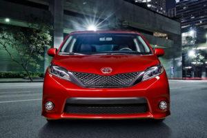 Toyota Sienna - вид спереди
