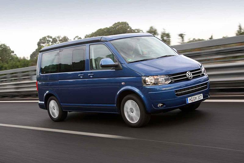 Volkswagen California на трассе в движении