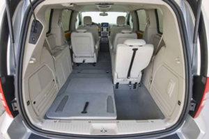 Разложенные сиденья и большой багажник Chrysler Voyager