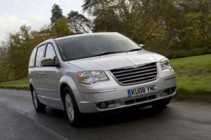 Chrysler Voyager в движении на трассе
