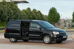Chrysler Voyager - вид сбоку с открытой дверью