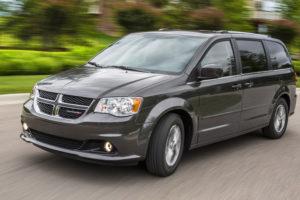 Dodge Grand Caravan в движении на дороге