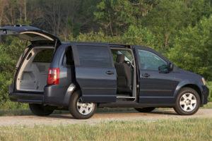 Dodge Grand Caravan - вид сбоку с открытой дверью