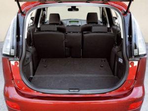 Сложенный третий ряд и багажник Mazda 5