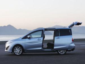 Mazda 5 - вид сбоку с открытой дверью