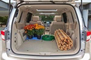 Вещи во вместительном багажнике Nissan Quest