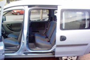 Открытая дверь в Opel Combo