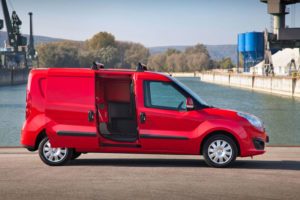 Opel Combo - вид сбоку с открытой сдвижной дверью