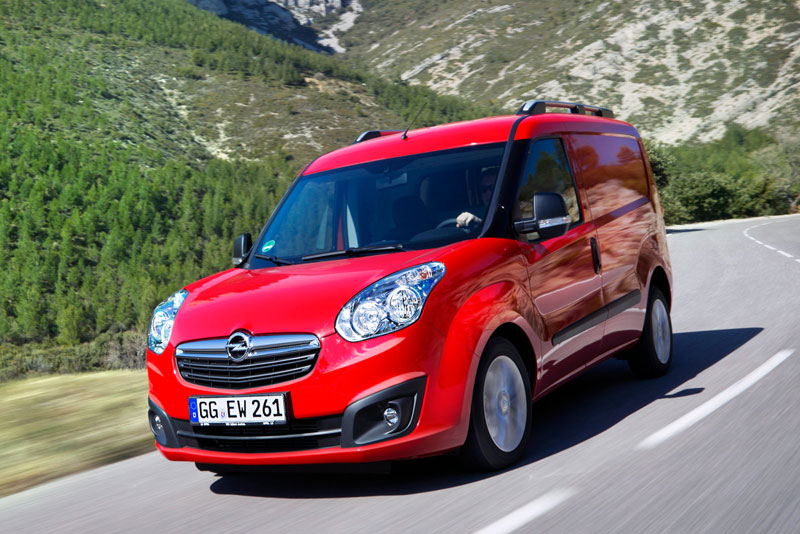 Opel Combo в движении по трассе