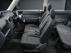 Первый ряд в минивэне Toyota bB