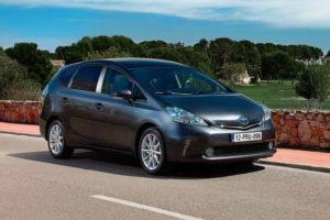 Toyota Prius+ на дороге
