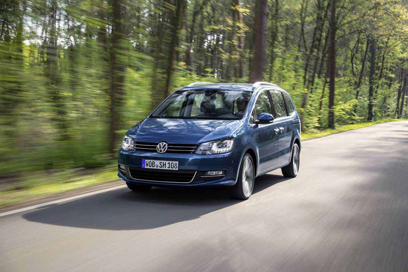 Volkswagen Sharan на дороге